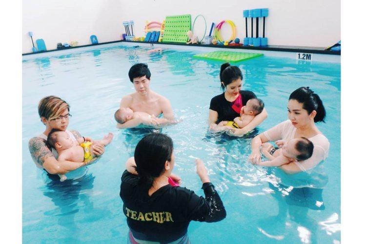 giáo viên nữ dạy bơi