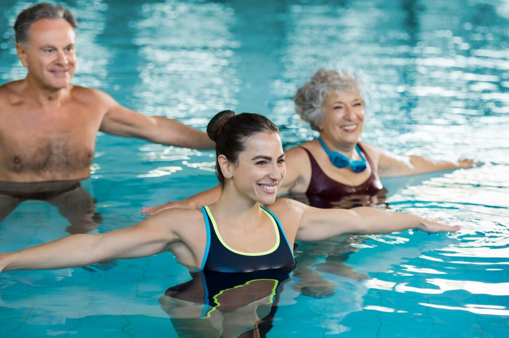 người lớn tuổi và môn bơi lội