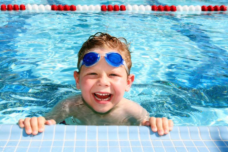 Bơi lội là hoạt động không thể thiếu đối với trẻ trong dịp hè