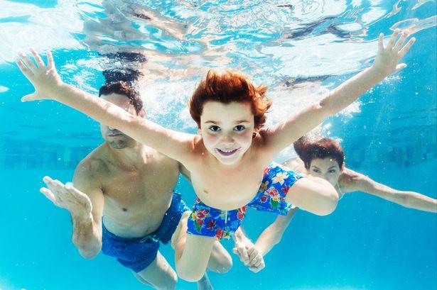 Cần phải có người lớn giám sát trẻ trong suốt quá trình bơi lội