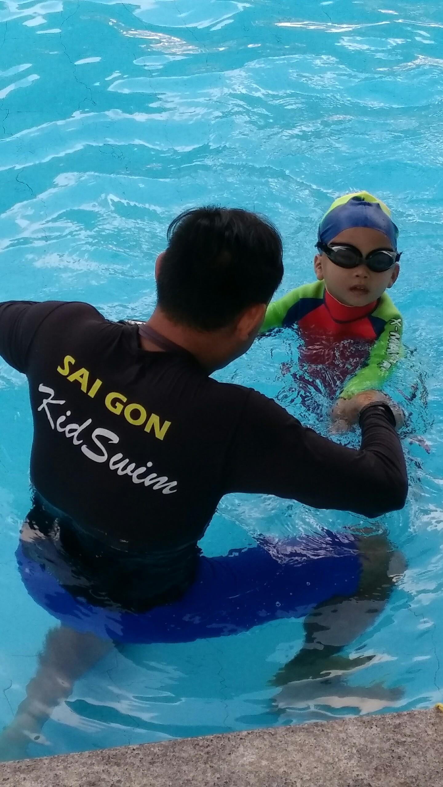 dạy bơi cho bé 4 tuổi